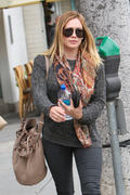 http://img148.imagevenue.com/loc425/th_347319295_Hilary_Duff_nail_salon4_122_425lo.jpg