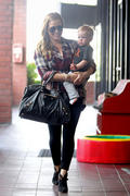 http://img148.imagevenue.com/loc498/th_027309681_Hilary_Duff_Babies_First_Class5_122_498lo.jpg